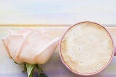 Fond avec du café et une rose Images stock