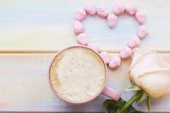 Fond avec du café et une rose Image libre de droits