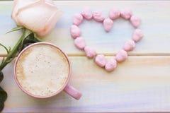 Fond avec du café et une rose Images libres de droits