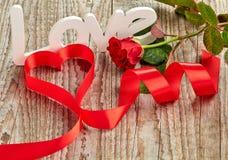 Fond avec l'amour, rose en bois et le ruban Photos libres de droits