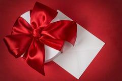 Fond avec la boîte-cadeau et l'enveloppe Photos stock