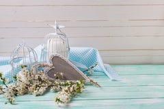 Fond avec la fleur blanche de ressort des arbres, coeur décoratif Photo stock