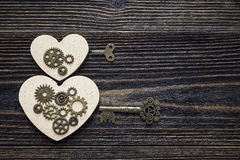 Fond avec la forme des coeurs, du mécanisme de vitesse et d'une clé dessus Photo libre de droits