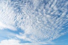 Fond avec la magie du ciel et des nuages à la partie 22 d'aube photographie stock