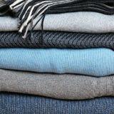 Fond avec la pile d'habillement de laine chaud Images libres de droits