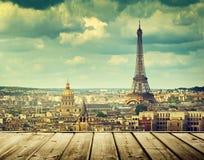 Fond avec la table en bois de plate-forme et Tour Eiffel à Paris Photos libres de droits