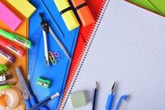 Fond avec la vue supérieure matérielle d'école ou de bureau Photographie stock libre de droits