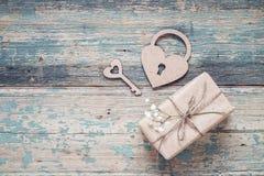 Fond avec le boîte-cadeau, les petites fleurs blanches, le serrure-coeur et le KE Photo libre de droits
