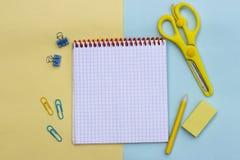 Fond avec le carnet et les fournitures scolaires, crayon, ciseaux image libre de droits