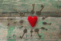 Fond avec le coeur rouge et clés antiques sur vieux peint en bois Photographie stock libre de droits