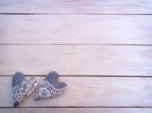 Fond avec le coeur sur une table en bois avec l'endroit pour le texte Pailles à boire en glace Photo stock