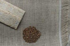 Fond avec le pain croustillant des grains de blé et les oreilles du blé sur un fond en bois Nourriture saine Photos stock