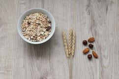 Fond avec le pain croustillant des grains de blé et les oreilles du blé sur un fond en bois Nourriture saine Photos libres de droits