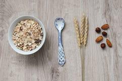 Fond avec le pain croustillant des grains de blé et les oreilles du blé sur un fond en bois Nourriture saine Photo stock