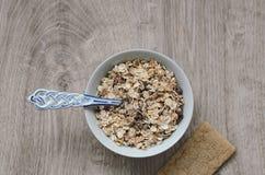 Fond avec le pain croustillant des grains de blé et les oreilles du blé sur un fond en bois Nourriture saine Photo libre de droits