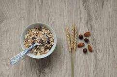 Fond avec le pain croustillant des grains de blé et les oreilles du blé sur un fond en bois Nourriture saine Images stock