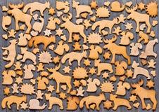 Fond avec le pain d'épice de biscuits de Noël Pain d'épice sous forme d'animaux, étoiles et coeurs Photographie stock libre de droits