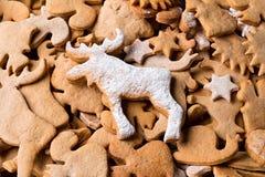 Fond avec le pain d'épice de biscuits de Noël Pain d'épice sous forme d'animaux, étoiles et coeurs Photos stock