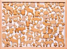 Fond avec le pain d'épice de biscuits de Noël Pain d'épice sous forme d'animaux, étoiles et coeurs Photographie stock