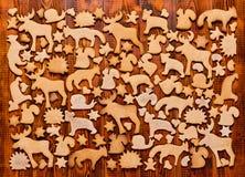 Fond avec le pain d'épice de biscuits de Noël Pain d'épice sous forme d'animaux, étoiles et coeurs Photo libre de droits