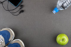 Fond avec le smartphone, écouteurs, bouteille de l'eau, pomme a Images stock