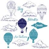 Fond avec les ballons à air et les nuages chauds Photographie stock libre de droits