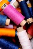 Fond avec les bobines multi de fil de couleur Photographie stock