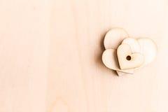 Fond avec les coeurs en bois Photo stock