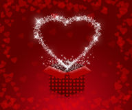 Fond avec les coeurs rouges et boîte-cadeau à la Saint-Valentin Photos stock
