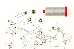 Fond avec les goupilles colorées, bobine de fil Photo stock