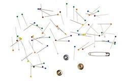 Fond avec les goupilles colorées, bobine de fil Images stock