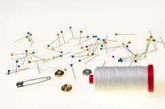 Fond avec les goupilles colorées, bobine de fil Photos stock