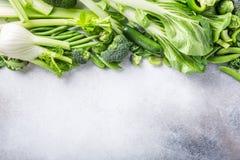 Fond avec les légumes verts assortis Photos stock
