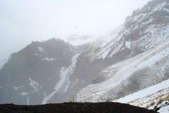 Fond avec les montagnes neigeuses dans Caucase Photos libres de droits