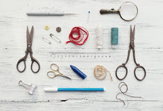 Fond avec les outils de couture et de tricotage Images stock