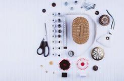 Fond avec les outils et les accessoires de couture Image stock