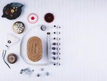 Fond avec les outils et les accessoires de couture Images stock