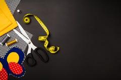 Fond avec les outils et les accessoires de couture et de tricotage Photographie stock