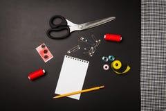 Fond avec les outils et les accessoires de couture et de tricotage Image stock