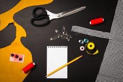 Fond avec les outils et les accessoires de couture et de tricotage Photographie stock libre de droits