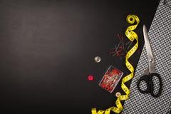 Fond avec les outils et les accessoires de couture et de tricotage Images libres de droits