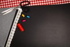 Fond avec les outils et les accessoires de couture et de tricotage Photos libres de droits