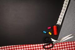 Fond avec les outils et les accessoires de couture et de tricotage Images stock