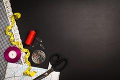 Fond avec les outils et les accessoires de couture et de tricotage Photos stock