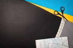 Fond avec les outils et les accessoires de couture et de tricotage Photo stock