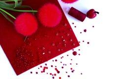 Fond avec les outils rouges pour la couture et fait main blancs Images stock