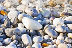 Fond avec les pierres blanches et grises doucement arrondies et lavées images stock