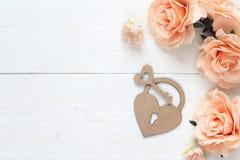 Fond avec les roses de cadenas-coeur, principales et belles décoratives o Photo libre de droits