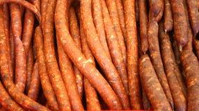 Fond avec les saucisses sèches et fumées Photos libres de droits