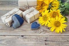 Fond avec les tournesols, le boîte-cadeau et le coeur sur le vieux boa en bois Photographie stock libre de droits